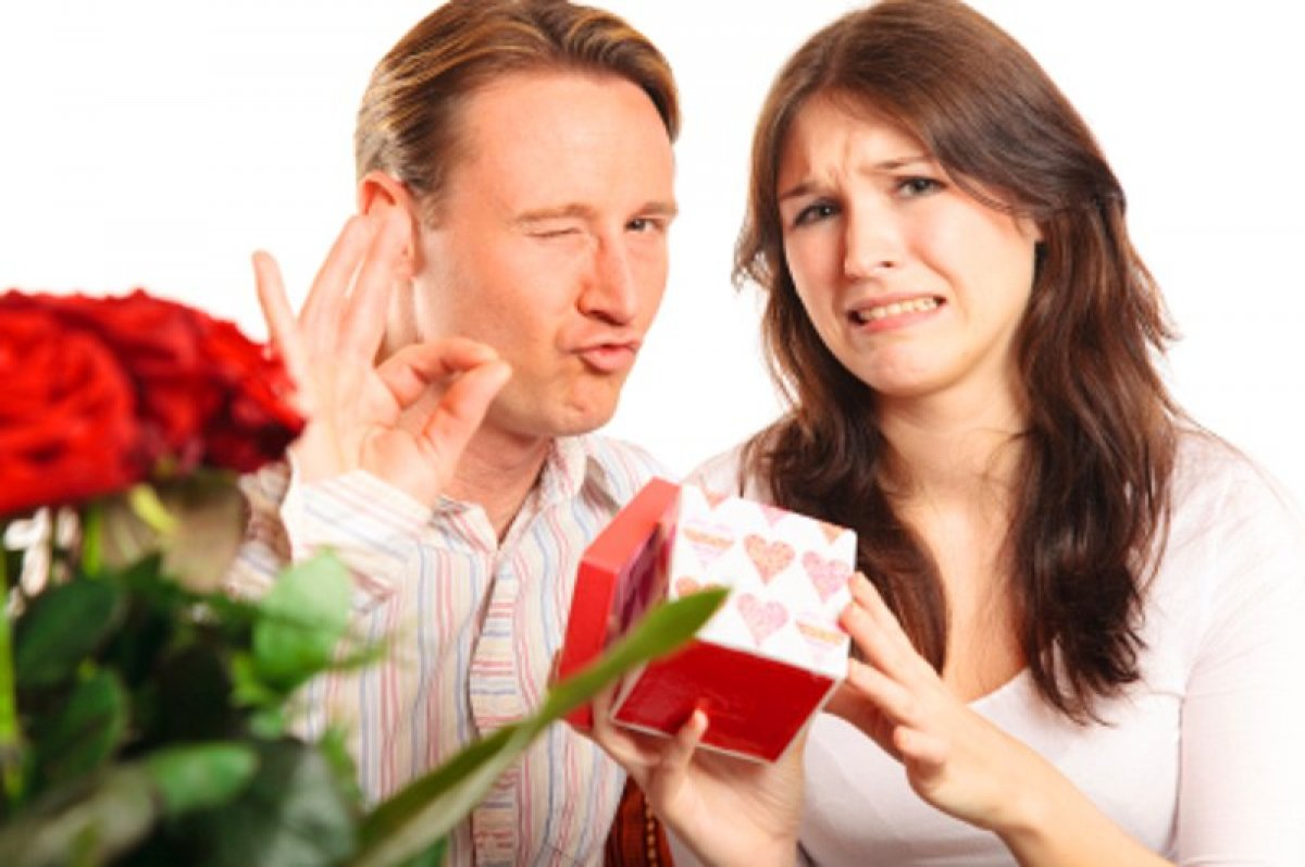 Девушка дарит дорогие подарки дарить